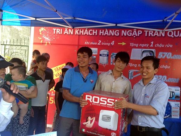 Đại diện chi nhánh trao quà cho khách hàng