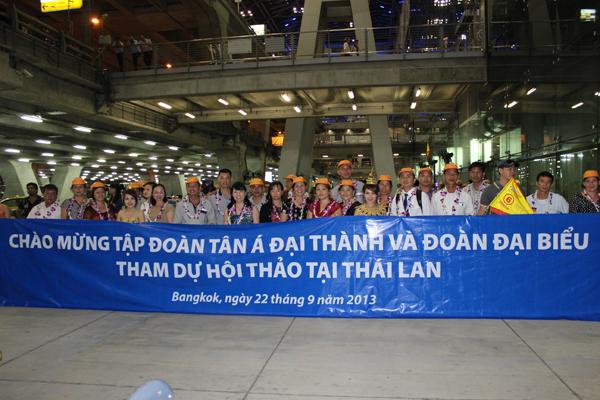 Ban lãnh đạo Tập đoàn chụp ảnh lưu niệm cùng các chủ cửa hàng tại sân bay Bangkok