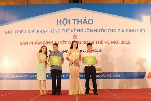 Bà Nguyễn Phương Anh - Phó Tổng giám đốc trao giải cho khách hàng may mắn