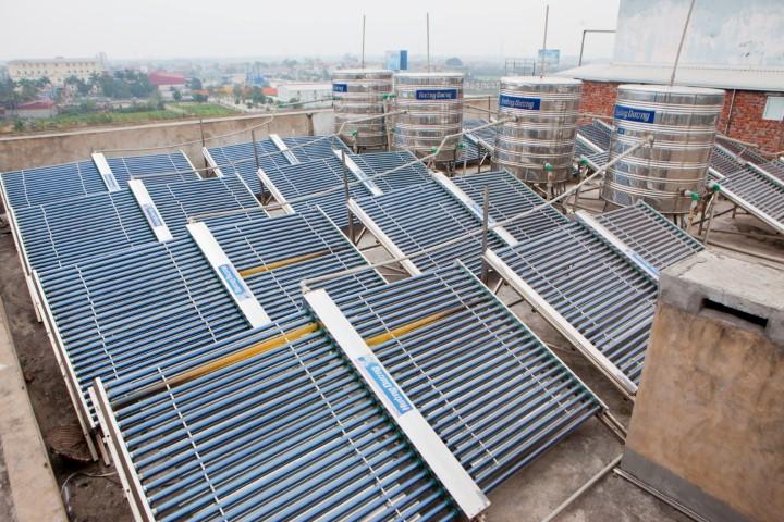 Giàn máy nước nóng NLMT công nghiệp lắp đặt tại các công trình