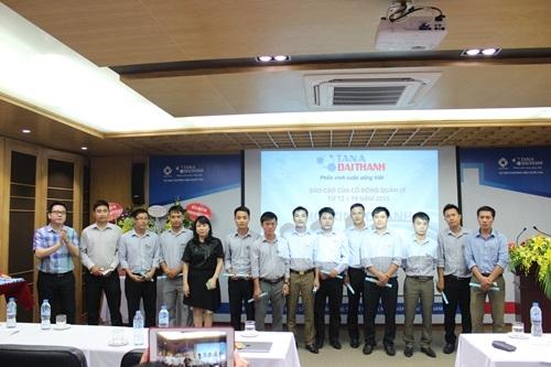 Đại diện ban lãnh đạo trao chứng nhận CĐQL cho các nhân sự được kết nạp.