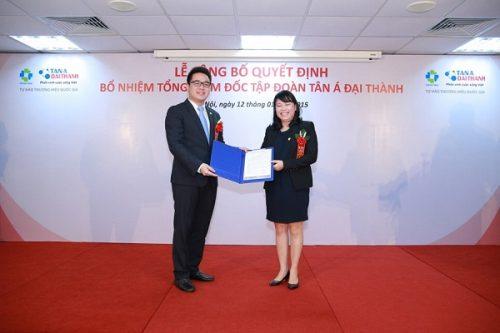 Bà Nguyễn Thị Mai Phương - Chủ tịch HĐQT trao quyết định bổ nhiệm