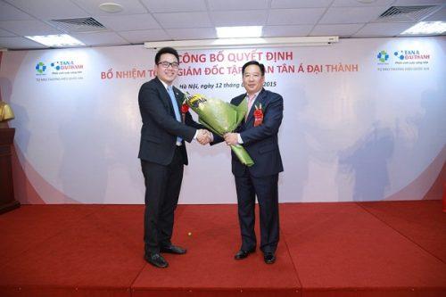 Ông Nguyễn Thái Lai - Thứ trưởng Bộ Tài Nguyên Môi trường chúc mừng ông Nguyễn Duy Chính