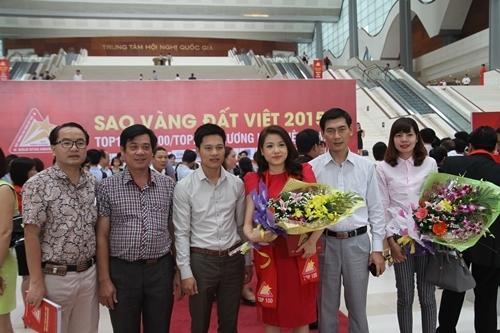 Bà Nguyễn Phương Anh - Phó Tổng giám đốc Tập đoàn(Người mặc váy đó thứ 4 từ trái qua)nhận giải thưởngTop 10 Doanh nghiệp trách nhiệm xã hội và Top 100 Sao Vàng Đất Việt 2015.