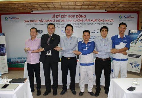 Ông Nguyễn Duy Chính – Tổng Giám đốc Tập đoàn Tân Á Đại Thành và Ông Zhang Huan Qing – Tổng giám đốc Huida Plastic Mould Factory ký kết hợp đồng