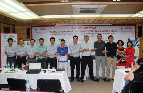 Ông Nguyễn Duy Chính – Tổng Giám đốc Tập đoàn Tân Á Đại Thành và Ông Bruno D'Arcangues - Giám đốc Công ty TNHH Artelia Việt Nam ký kết hợp đồng