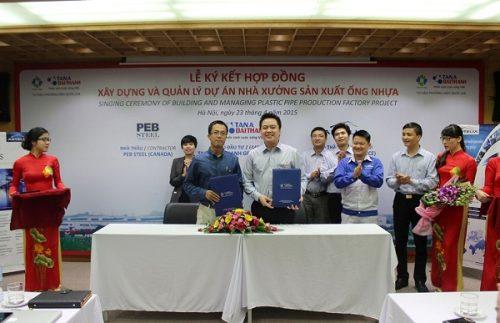 Ông Nguyễn Duy Chính – Tổng Giám đốc Tập đoàn Tân Á Đại Thành và Ông Sami Nour Kteily – Tổng Giám đốc Công ty TNHH Nhà thép PEB ký kết hợp đồng