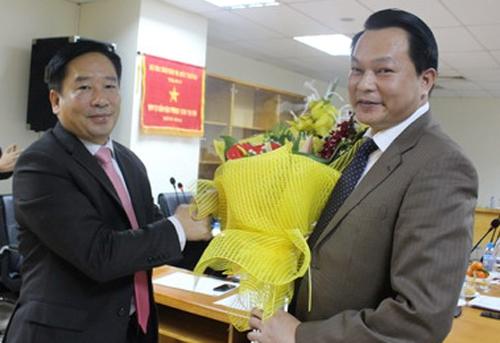 Ông Nguyễn Minh Khuyến (phải) khuyến cáo người dân thay đổi thói quen tích trữ nước sạch.