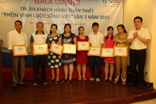 Đại diện Tập đoàn Tân Á Đại Thành lên trao giấy chứng nhận và quà tặng cho những hội viên thân thiết