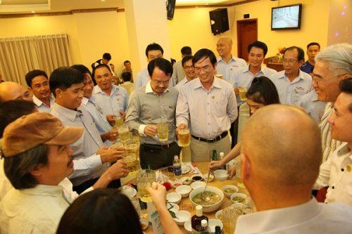 Ban lãnh đạo Tập đoàn Tân Á Đại Thành cùng các hội viên khách hàng tham gia bữa tiệc chúc mừng