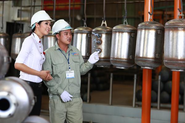 Hoa hậu Ngọc Hân – Đại sứ thương hiệu Bình nước nóng Rossi, tham quan dây chuyền sản xuất Bình nước nóng tại nhà máy Tân Á Đại Thành.