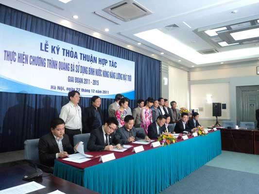 Lễ ký kết thoả thuận hợp tác giữa Tập đoàn điện lực Việt Nam và các nhà cung cấp chính thức của chương trình.