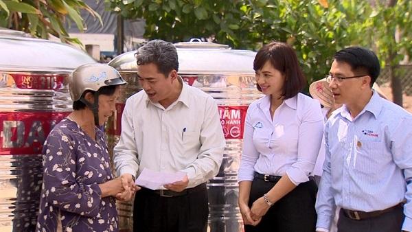 Bồn chứa nước Tân Á Đại Thành tới tay các hộ nghèo ở Tiền Giang 1