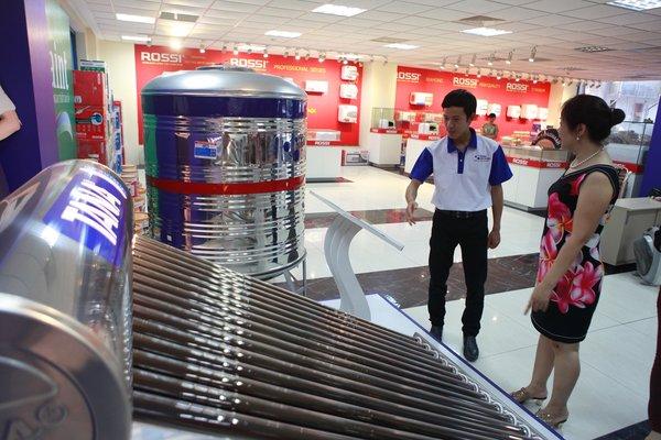Khách hàng ở Hà Nội quan tâm tới hệ thống máy nước nóng bằng năng lượng mặt trời