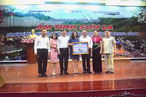 Tập đoàn Tân Á Đại Thành trao 100 bồn nước Tân Á trị giá 200 triệu đồng tới bà con vùng lũ Sơn La 3