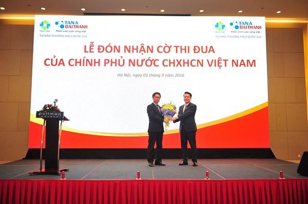 Tập Đoàn Tân Á Đại Thành vinh dự đón nhận Cờ thi đua của Chính Phủ Nước CHXHCN Việt Nam 2