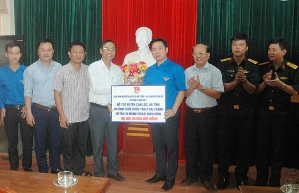 Trao tặng 100 bồn nước hỗ trợ bà con Quảng Bình, Hà Tĩnh chịu ảnh hưởng bão số 10 2