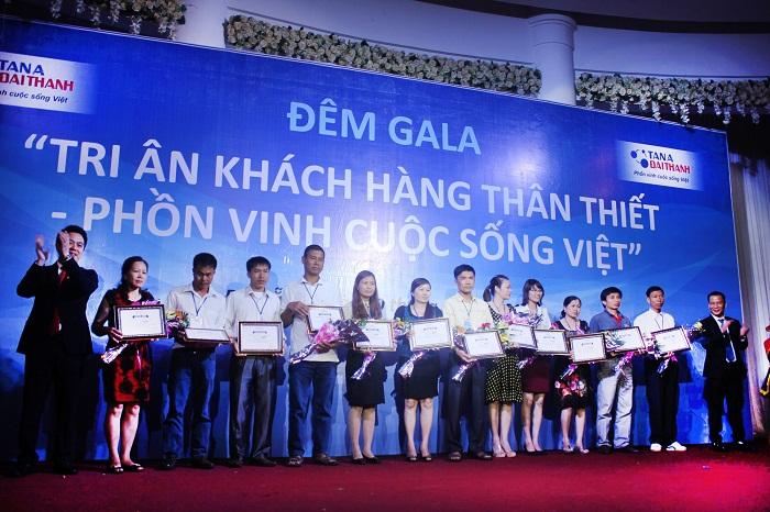 Ban lãnh đạo tập đoàn Tân Á Đại Thành trao chứng nhận các hạng thẻ cho đại biểu tham dự