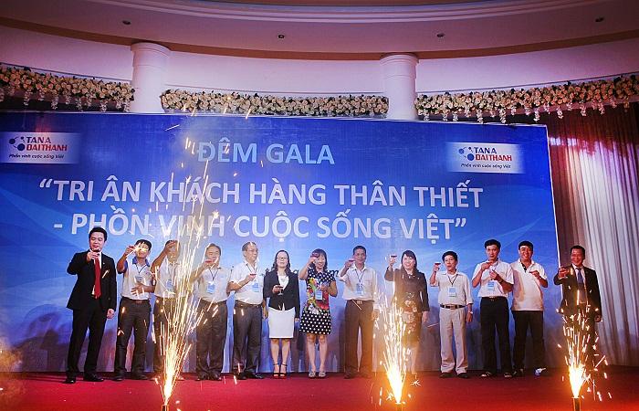 Ban lãnh đạo Tập đoàn Tân Á cùng đại diện khách hàng nâng ly chúc mừng