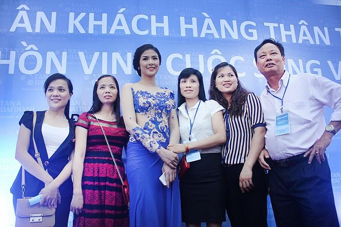 Hoa hậu Ngọc Hân - Đại sứ thương hiệu Tân Á Đại Thành chụp ảnh cùng đại biểu tham dự