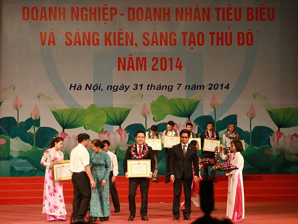 Tập đoàn Tân Á Đại Thành vinh dự đón nhận cờ thi đua của UBND thành phố Hà Nội