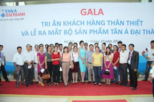 Đại diện các nhà phân phối chụp ảnh lưu niệm cùng Hoa hậu Ngọc Hân