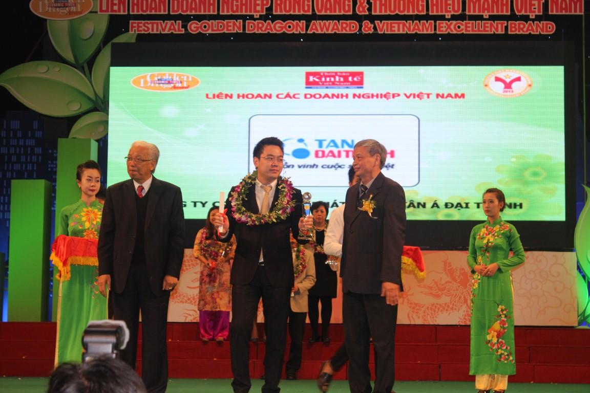 """Tân Á Đại Thành vinh dự nhận giải thưởng """" Top 15 Thương hiệu mạnh Việt Nam 2013″"""