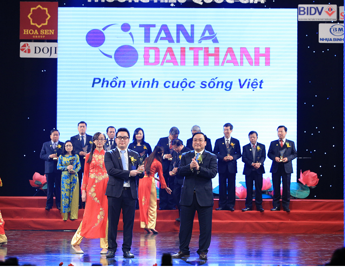 """Tập đoàn Tân Á Đại Thành vinh dự đón nhận danh hiệu: """"Thương hiệu Quốc gia 2014""""."""