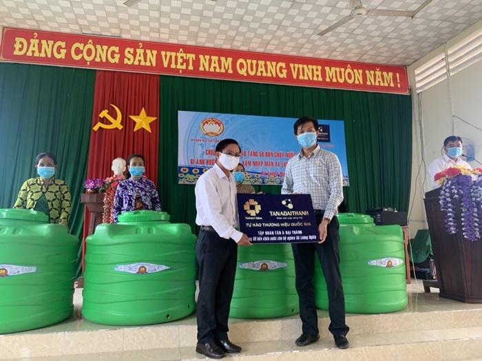 Tặng 50 bồn chứa nước cho người dân xã Lương Nghĩa, huyện Long Mỹ