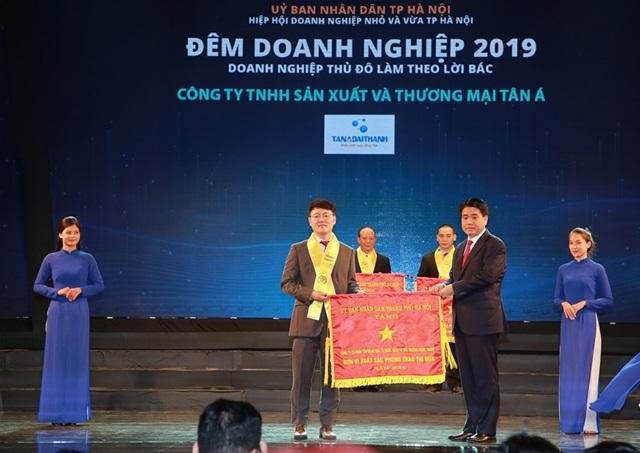 Tân Á Đại Thành đón nhận Cờ thi đua của UBND TP.Hà Nội