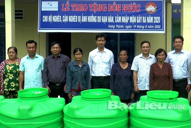 Tặng 50 bồn chứa nước sinh hoạt cho hộ nghèo huyện Vĩnh Lợi tỉnh Bạc Liêu