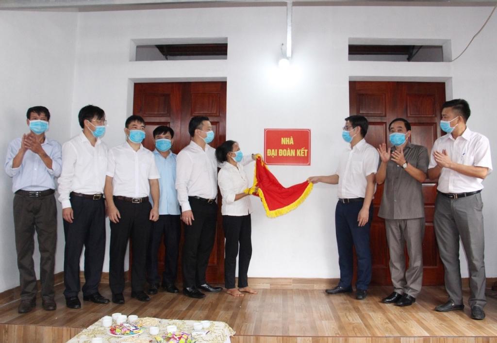 Lãnh đạo UBMTTQ thành phố và huyện Chương Mỹ bàn giao nhà cho gia đình bà Trịnh Thị Tý