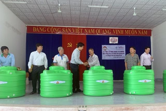 Tân Á Đại Thành tặng bồn nhựa cho người dân vùng hạn mặn An Giang