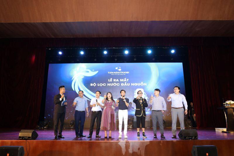 Ban lãnh đạo Tập đoàn và khách mời nâng ly chúc mừng trong buổi lễ
