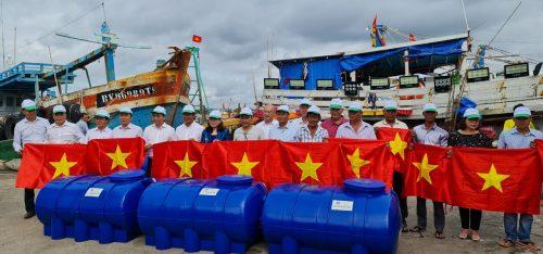 Thứ trưởng Lê Minh Ngân, Phó Bí thư Thường trực Tỉnh ủy Nguyễn Thị Yến và các đại biểu trao bồn nhựa Tân Á Đại Thành cho ngư dân Long Điền bám biển.