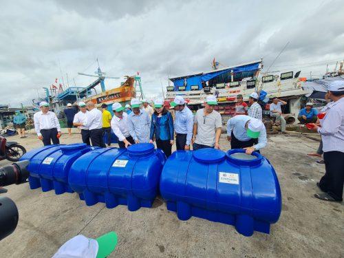 Thứ trưởng cùng Lãnh đạo Đoàn Đại biểu Quốc hội tỉnh Bà Rịa - Vũng Tàu cùng ngư dân kiểm tra và hài lòng về chất lượng bồn nước
