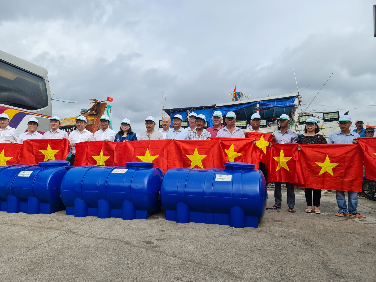 Tân Á Đại Thành đồng hành với ngư dân vươn khơi, bám biển vì môi trường