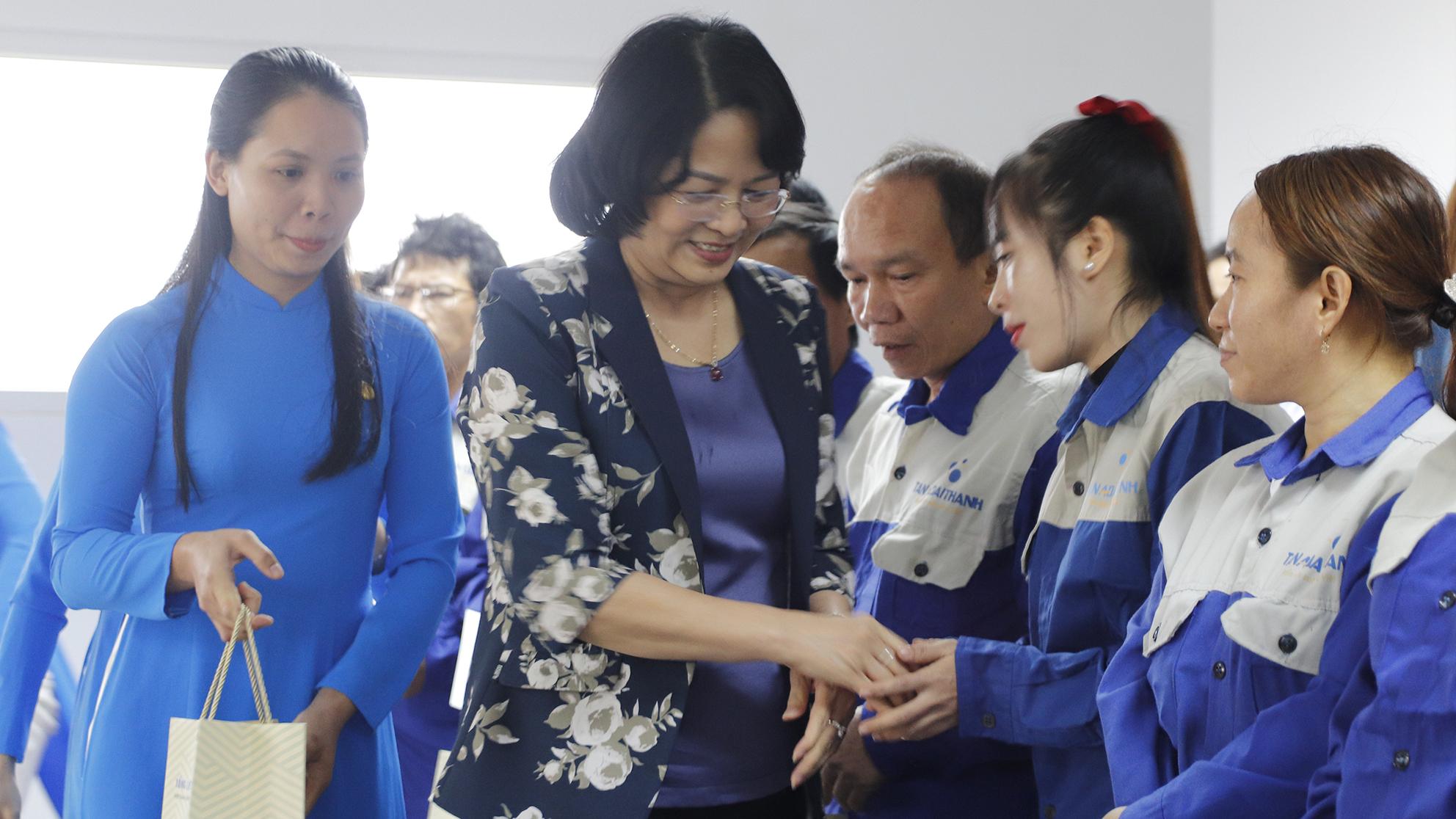 Phó Chủ tịch nước Đặng Thị Ngọc Thịnh thăm và tặng quà người lao động tại nhà máy Tân Á Đại Thành Long An