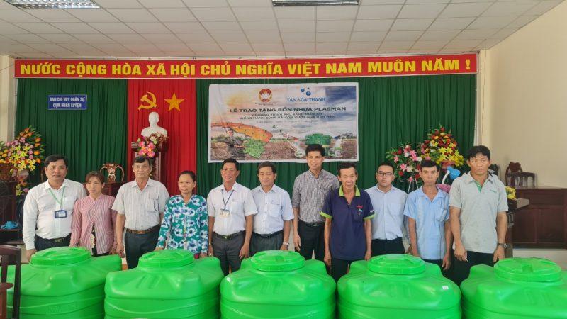 Tập đoàn Tân Á Đại Thành trao tặng bồn nhựa Plasman cho bà con tỉnh Hậu Giang